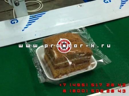 Упаковка пирожных на горизонтальной упаковочной машине